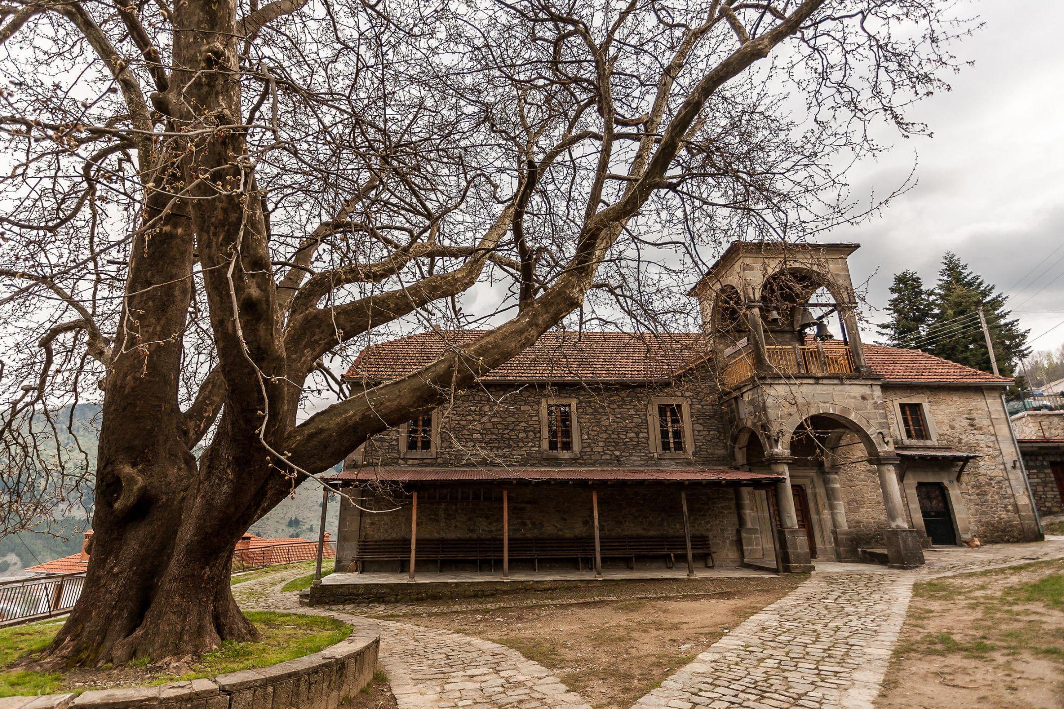 Τα Μετέωρα είναι ένα σύμπλεγμα γιγάντιων βράχων, πάνω από την πόλη της Καλαμπάκας, κοντά στα πρώτα υψώματα της Πίνδου και των Χασίων. Τα βυζαντινά μοναστήρια των Μετεώρων, τα οποία είναι χτισμένα στις κορυφές των βράχων, από το 1988 περιλαμβάνονται στα μνημεία παγκόσμιας κληρονομιάς της UNESCO. Το Μέτσοβο είναι ένας παραδοσιακός οικισμός, βρίσκεται στο ανατολικό άκρο του νομού Ιωαννίνων, ανάμεσα στα βουνά της μεγαλύτερης οροσειράς της Ελλάδος, της Πίνδου, και αποτελεί ένα κλασσικό τουριστικό προορισμό. Πνιγμένη στην καταπράσινη βλάστηση του Κόζιακα, με άρτια τουριστική υποδομή και σε μικρή απόσταση από τα Τρίκαλα, η Ελάτη αποτελεί έναν από τους πιο δημοφιλείς τουριστικούς προορισμούς της Κεντρικής Ελλάδας.