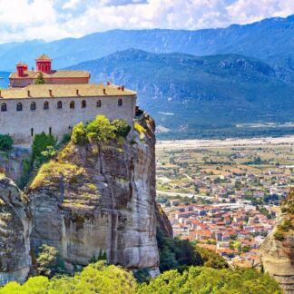 Τα Μετέωρα είναι ένα σύμπλεγμα γιγάντιων βράχων, πάνω από την πόλη της Καλαμπάκας, κοντά στα πρώτα υψώματα της Πίνδου και των Χασίων. Τα βυζαντινά μοναστήρια των Μετεώρων, τα οποία είναι χτισμένα στις κορυφές των βράχων, από το 1988 περιλαμβάνονται στα μνημεία παγκόσμιας κληρονομιάς της UNESCO. Τα Ιωάννινα είναι η πρωτεύουσα του νομού και ταυτόχρονα η μεγαλύτερη πόλη της Ηπείρου. Χτισμένη στην όχθη της λίμνης Παμβώτιδας, μαγεύει με την ομορφιά της και τη ζεστή της ατμόσφαιρα. Το Μέτσοβο είναι ένας παραδοσιακός οικισμός, βρίσκεται στο ανατολικό άκρο του νομού Ιωαννίνων, ανάμεσα στα βουνά της μεγαλύτερης οροσειράς της Ελλάδος, της Πίνδου, και αποτελεί ένα κλασσικό τουριστικό προορισμό.