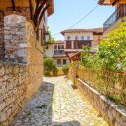 Η Καστοριά είναι η πρωτεύουσα του ομώνυμου νομού και βρίσκεται στη δυτική Μακεδονία. Είναι χτισμένη πάνω σε χερσόνησο της λίμνης Ορεστιάδας, ανάμεσα στα όρη Βίτσι και Γράμμο. Δίνει την εντύπωση ενός νησού, καθώς βρίσκεται στη μέση της λίμνη και συνδέεται με την ξηρά μέσω μιας ευρύτερης λωρίδας γης από επιχωματώσεις. Η Φλώρινα επίσης πόλη της Δυτικής Μακεδονίας και είναι γνωστή για το κλίμα της ως το ψυχρότερο της Ελλάδας. Ωστόσο το ιδιαίτερα πλούσιο φυσικό τοπίο του νομού καθώς και οι προσπάθειες των πολιτών της, έδωσαν την ευκαιρία στη Φλώρινα να αναπτυχθεί μέσα από προγράμματα προώθησης του οικοτουρισμού. Οι λίμνες Πρέσπες, είναι διάσημες για το φυσικό κάλλος τους, σε τριεθνή ορεινή λιμναία περιοχή στα βορειοδυτικά σύνορα της Ελλάδας με την Αλβανία και το κράτος των Σκοπίων. Το Νυμφαίο είναι ένα ορεινό χωριό που από το 1978 έχει χαρακτηρισθεί, ως «διατηρητέος παραδοσιακός οικισμός». Οι ταξιδιωτικοί οδηγοί το παρουσιάζουν ως ένα από τα δέκα ομορφότερα χωριά της Ευρώπης, ενώ στον παγκόσμιο διαγωνισμό της UNESCO διεκδίκησε το Διεθνές Βραβείο Μελίνα Μερκούρη, για την άριστη διαχείριση πολιτιστικού αποθέματος και φυσικού περιβάλλοντος.