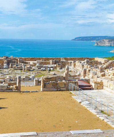 Η Κύπρος, είναι ανεξάρτητο νησιωτικό κράτος της ανατολικής Μεσογείου και το τρίτο μεγαλύτερο σε πληθυσμό και έκταση στην Μεσόγειο. Η Κύπρος θεωρείται ανεπτυγμένη χώρα, με υψηλό κατά κεφαλήν εισόδημα και πολύ υψηλό δείκτη ανθρώπινης ανάπτυξης, ενώ αποτελεί έναν από τους σημαντικότερους τουριστικούς προορισμούς στη Μεσόγειο.