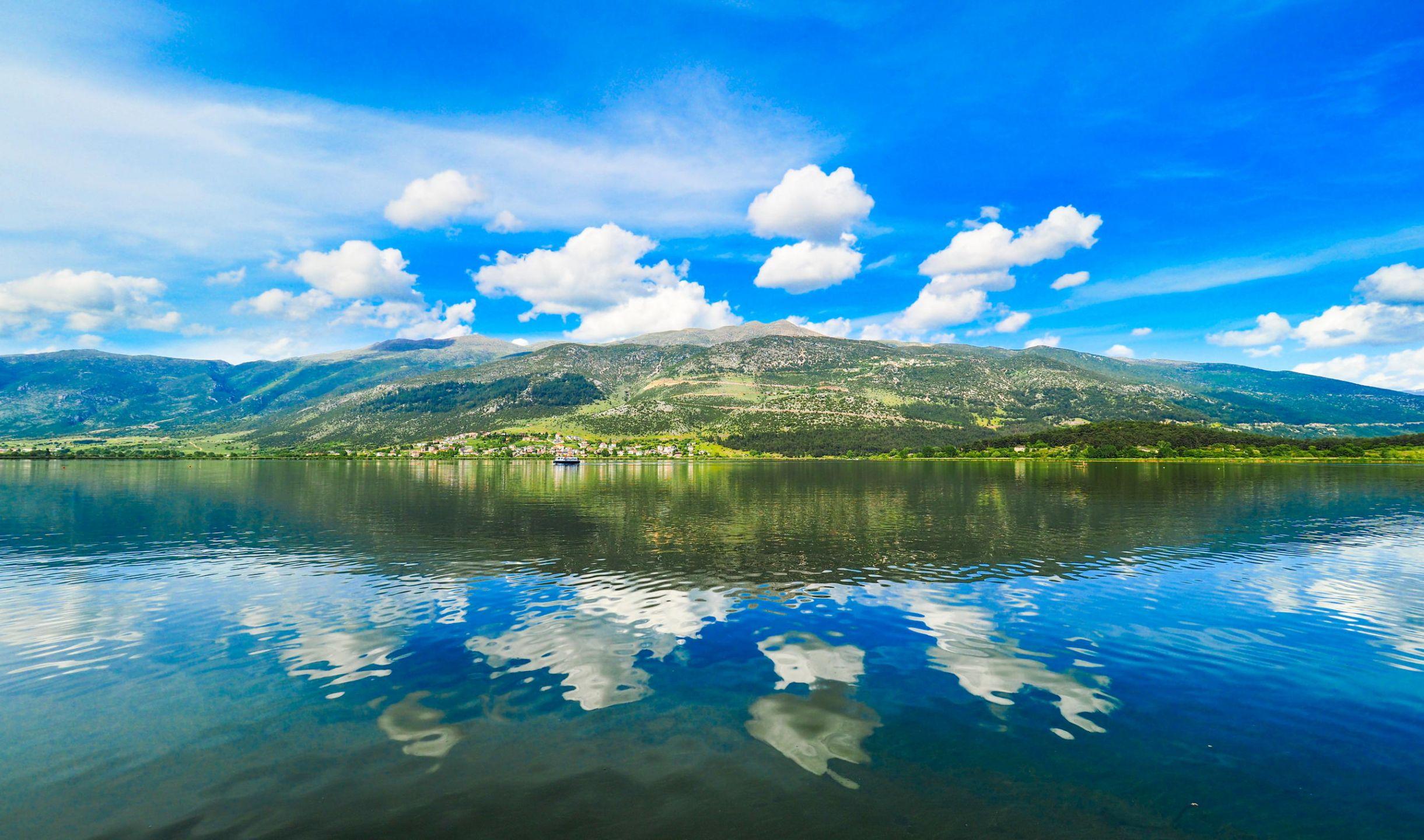 Τα Ιωάννινα είναι η πρωτεύουσα του νομού και ταυτόχρονα η μεγαλύτερη πόλη της Ηπείρου. Χτισμένη στην όχθη της λίμνης Παμβώτιδας, μαγεύει με την ομορφιά της και τη ζεστή της ατμόσφαιρα. Η πανέμορφη Λίμνη Τριχωνίδα, είναι η μεγαλύτερη λίμνη της Ελλάδας και βρίσκεται στον νομό Αιτωλοακαρνανίας. Τα Τζουμέρκα στην κεντρική Πίνδο και τα χωριά που υπάρχουν στην περιοχή, αποτελούν έναν από τους τελευταίους «παραδείσους» επί γης, με εκπληκτικές φυσικές ομορφιές και με τουριστική ανάπτυξη που δεν έχει αλλοιώσει το περιβάλλον.