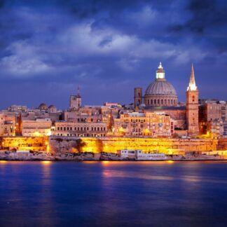 Η Μάλτα, είναι μικρό και πυκνοκατοικημένο νησιωτικό κράτος που αποτελείται από ένα αρχιπέλαγος επτά νησιών στο μέσο της Μεσογείου. Η Μάλτα βρίσκεται ακριβώς νότια της Σικελίας, ανατολικά της Τυνησίας και βόρεια της Λιβύης. Το ταξίδι στη Μάλτα είναι επιστροφή στο Μεσαίωνα, όπου υπήρχαν ακόμα αληθινοί Ιππότες με πανοπλίες και Μάγιστροι της Στρογγυλής Τραπέζης. Η μεγαλοπρεπής Βαλέτα χτίστηκε το 1566 από τους Ιωαννίτες Ιππότες και πήρε το όνομά της από τον Μέγα Μάγιστρο Ζαν ντε λα Βαλέτ. Μεσαιωνικά κάστρα και τιρκουάζ νερά, πολύχρωμα χωριουδάκια ταξιδεύουν τον επισκέπτη σε μια φαντασμαγορική εποχή.