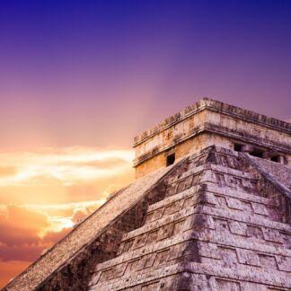 Το Μεξικό είναι χώρα του νότιου τμήματος της Βόρειας Αμερικής και το επίσημο όνομά της είναι Estados Unidos Mexicanos. Το Μεξικό είναι μια χώρα γεμάτη αντιθέσεις από την ίδια της την φύση και αποτελείται από απέραντες πεδιάδες, ψηλά οροπέδια, οροσειρές, υψίπεδα και ηφαίστεια με χιονισμένες κορυφές, παραλίες με πελώρια κύματα, ζούγκλες, άγονες πεδιάδες, ποτάμια, λίμνες, ερήμους, γκρεμούς, φαράγγια και βαθιές κοιλάδες. Είναι γη των ονείρων, χώρα υπέρτατου φωτός, τόπος μυστηρίου και θρύλου. Πυραμίδες, αποικιακά κτήρια, ζούγκλες, εκπληκτικές παραλίες, ντόπια χειροτεχνήματα, πικάντικη κουζίνα, τεκίλα, συναρπαστικοί ρυθμοί και μουσική.