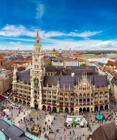 Το Μόναχο είναι πόλη της Ομοσπονδιακής Δημοκρατίας της Γερμανίας και πρωτεύουσα του oμόσπονδου κράτους της Βαυαρίας. Είναι χτισμένη στις όχθες του Ίζαρ, ενός από τους μεγαλύτερους παραποτάμους του επάνω ρου του Δούναβη. Μετά το Βερολίνο και το Αμβούργο είναι η τρίτη μεγαλύτερη πόλη της Γερμανίας σε πληθυσμό και αποτελεί σημαντικό κόμβο συγκοινωνιών, οδικών, σιδηροδρομικών και εναέριων μεταφορών. Είναι, εξαιρετικά φημισμένο ευρωπαϊκό εμπορικό, βιομηχανικό και πολιτιστικό κέντρο. Γεμάτο ομορφιές και παράδοση, το Μόναχο αποκαλύπτει στον επισκέπτη τις ιδιαίτερες αντιφάσεις του: λαογραφία, μακραίωνη παράδοση και κουλτούρα, που συνυπάρχουν με τις κομψές BMW, τις μπουτίκ σχεδιαστών και τη βαριά βιομηχανία.