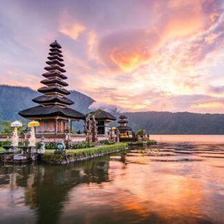 """Το Μπαλί είναι νησί της Ινδονησίας. Είναι ο μεγαλύτερος τουριστικός προορισμός στη χώρα και βρίσκεται ανάμεσα στα νησιά Ιάβα και Λομπόκ. Οι κάτοικοι είναι Μπαλινέζοι ενώ υπάρχουν και κάτοικοι της Ιάβας, Μπαλιάγκα και Μαντουρέζοι, ωστόσο όλοι ευγενής και καλοσυνάτοι. Στο Μπαλί το """"Νησί των Θεών"""", καταλαβαίνει κάποιος ότι ίσως να είναι ωραία στον παράδεισο."""