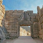 Οι Μυκήνες, ήταν το βασίλειο του πολεμοχαρή Αγαμέμνονα και θεωρείται το πλουσιότερο ανακτορικό κέντρο της μετά του Χαλκού εποχής στην Ελλάδα. Στην Επίδαυρο, βρίσκεται το Θέατρο του Ασκληπιείου. Το διασημότερο αρχαίο ελληνικό Θέατρο, το οποίο λειτουργεί έως και σήμερα διατηρώντας την τέλεια ακουστική του. Η Ολυμπία, υπήρξε το πιο δοξασμένο ιερό της αρχαίας Ελλάδας αφιερωμένο στον Δία. Ήταν ο τόπος διεξαγωγής των Ολυμπιακών Αγώνων, της πιο σημαντικής γιορτής των Ελλήνων κατά το μεγαλύτερο διάστημα της αρχαιότητας. Οι Δελφοί είναι η ελληνική πόλη στην οποία λειτούργησε το σημαντικότερο μαντείο της αρχαίας Ελλάδας. Για το λόγο αυτό του δώθηκε, ο χαρακτηρισμός ο «Ομφαλός της Γης». Έως και σήμερα το ιερό των Δελφών, αποτελεί πόλο έλξης επισκεπτών, από όλο τον κόσμο.