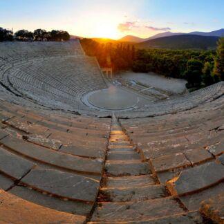 Οι Μυκήνες, ήταν το βασίλειο του πολεμοχαρή Αγαμέμνονα και θεωρείται το πλουσιότερο ανακτορικό κέντρο της μετά του Χαλκού εποχής στην Ελλάδα. Στην Επίδαυρο, βρίσκεται το Θέατρο του Ασκληπιείου. Το διασημότερο αρχαίο ελληνικό Θέατρο, το οποίο λειτουργεί έως και σήμερα διατηρώντας την τέλεια ακουστική του. Η Ολυμπία, υπήρξε το πιο δοξασμένο ιερό της αρχαίας Ελλάδας αφιερωμένο στον Δία. Ήταν ο τόπος διεξαγωγής των Ολυμπιακών Αγώνων, της πιο σημαντικής γιορτής των Ελλήνων κατά το μεγαλύτερο διάστημα της αρχαιότητας. Οι Δελφοί είναι η ελληνική πόλη στην οποία λειτούργησε το σημαντικότερο μαντείο της αρχαίας Ελλάδας. Για το λόγο αυτό του δώθηκε, ο χαρακτηρισμός ο «Ομφαλός της Γης». Έως και σήμερα το ιερό των Δελφών, αποτελεί πόλο έλξης επισκεπτών, από όλο τον κόσμο. Τα Μετέωρα είναι ένα σύμπλεγμα γιγάντιων βράχων, πάνω από την πόλη της Καλαμπάκας, κοντά στα πρώτα υψώματα της Πίνδου και των Χασίων. Τα βυζαντινά μοναστήρια των Μετεώρων, τα οποία είναι χτισμένα στις κορυφές των βράχων, από το 1988 περιλαμβάνονται στα μνημεία παγκόσμιας κληρονομιάς της UNESCO.