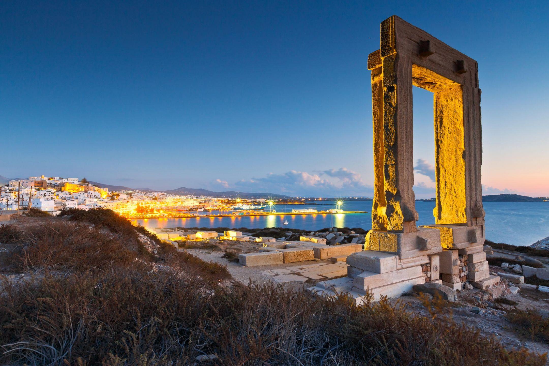 Η Νάξος αποτελεί το μεγαλύτερο νησί των Κυκλάδων. Επίσης είναι το πιο εύφορο και αυτόνομο νησί των Κυκλάδων. Η Νάξος έχει ιστορία αιώνων, ιστορικά αξιοθέατα, εναλλαγή τοπίων, παραδοσιακά χωριά και καλό φαγητό. Είστε στο κεντρικότερο σημείο του Αιγαίου.