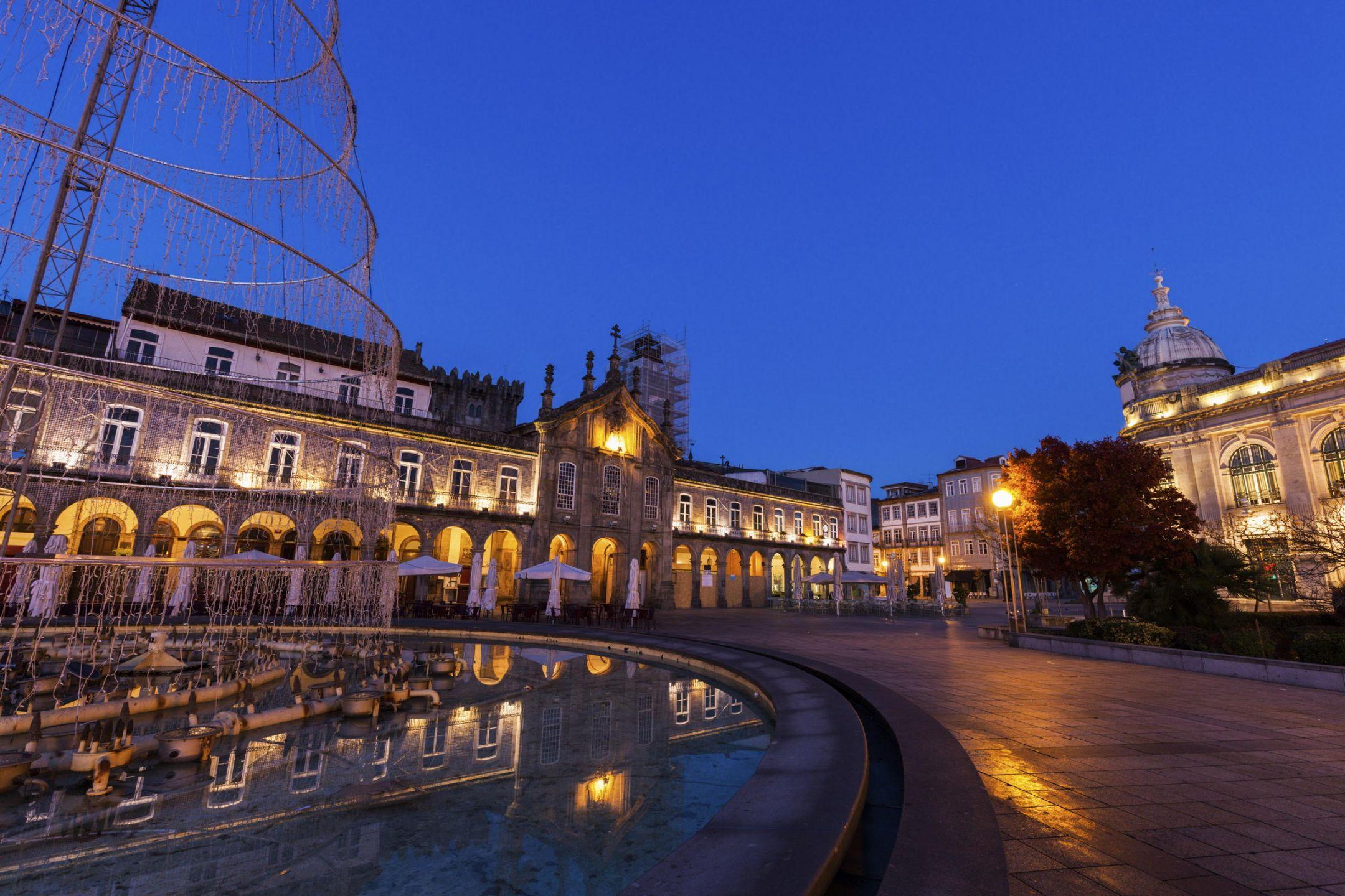 Η επικράτεια της Πορτογαλίας περιλαμβάνει το νοτιοδυτικό τμήμα της Ιβηρικής Χερσονήσου και δύο αρχιπελάγη στον Ατλαντικό, τη Μαδέιρα και τις Αζόρες.