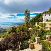 Το Πήλιο είναι όρος στο Νομό Μαγνησίας, πάνω από την πόλη του Βόλου. Η Ελληνική μυθολογία θεωρούσε πως ήταν η θερινή κατοικία των θεών και πατρίδα των Κενταύρων. Το Πήλιο ελκύει πολλόυς επισκέπτες, τόσο τους χειμερινούς όσο και τους θερινούς μήνες. Ο επισκέπτης μπορεί να απολάυσει - όλο το χρόνο - το πανέμορφο βουνό, τον καθαρό αέρα, το χιόνι, το σκι, την πεζοπορία στη φύση, τις πανέμορφες παραλίες για κολύμπι, τα θαλάσσια σπορ κ.λπ.