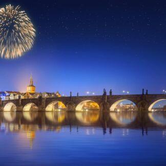Η Πράγα, είναι η πρωτεύουσα και μεγαλύτερη πόλη της Τσεχίας. Χτισμένη στον ποταμό Μολδάβα, στην κεντρική Βοημία. Αποκαλείται επίσης «η χρυσή πόλη» και «μητέρα των πόλεων». Από το 1992, το ιστορικό κέντρο της Πράγας ανήκει στον κατάλογο μνημείων παγκόσμιας κληρονομιάς της UNESCO.