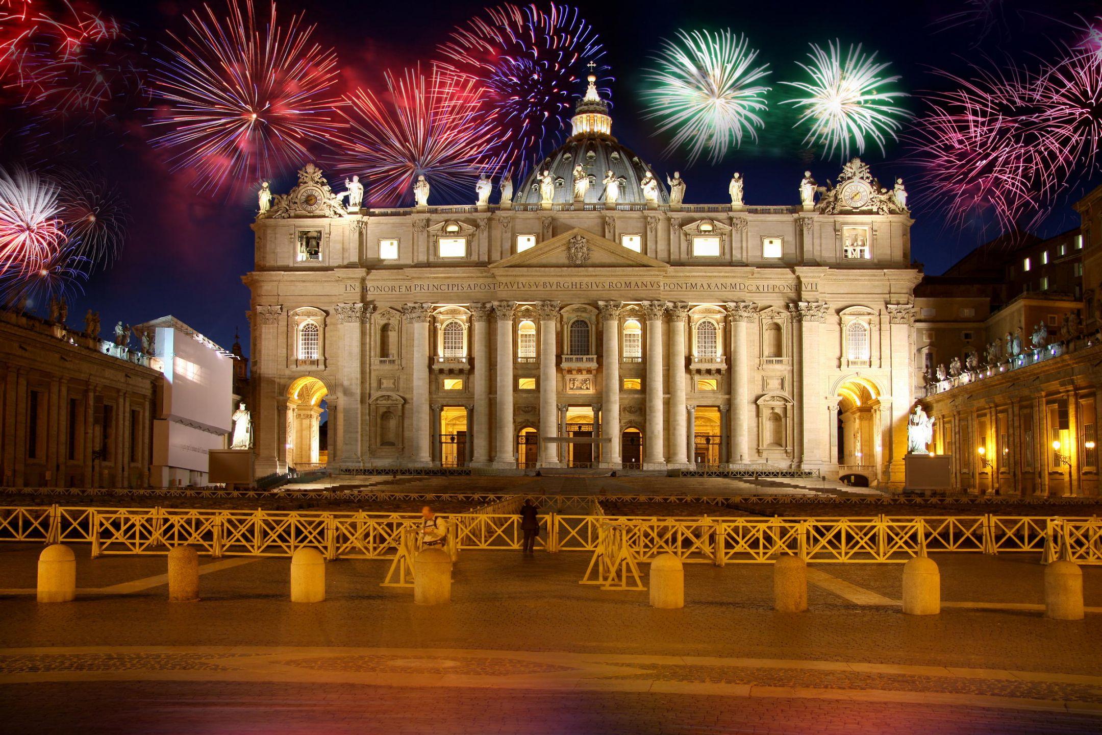 Η Ρώμη είναι μια πόλη με σπουδαία ιστορία και αξιοσημείωτη προσφορά στην επιστήμη, τον πολιτισμό και τις τέχνες. Λόγω των πολυάριθμών και εξαιρετικής ομορφιάς μνημείων της και επειδή από την αρχή της ίδρυσής της μέχρι σήμερα παρέμεινε ως πρωτεύουσα, έχει αποκτήσει την προσωνυμία «Η Αιώνια Πόλη». Το ιστορικό της κέντρο έχει καταχωρηθεί στη λίστα των Μνημείων Παγκόσμιας Κληρονομιάς της UNESCO από το 1980.