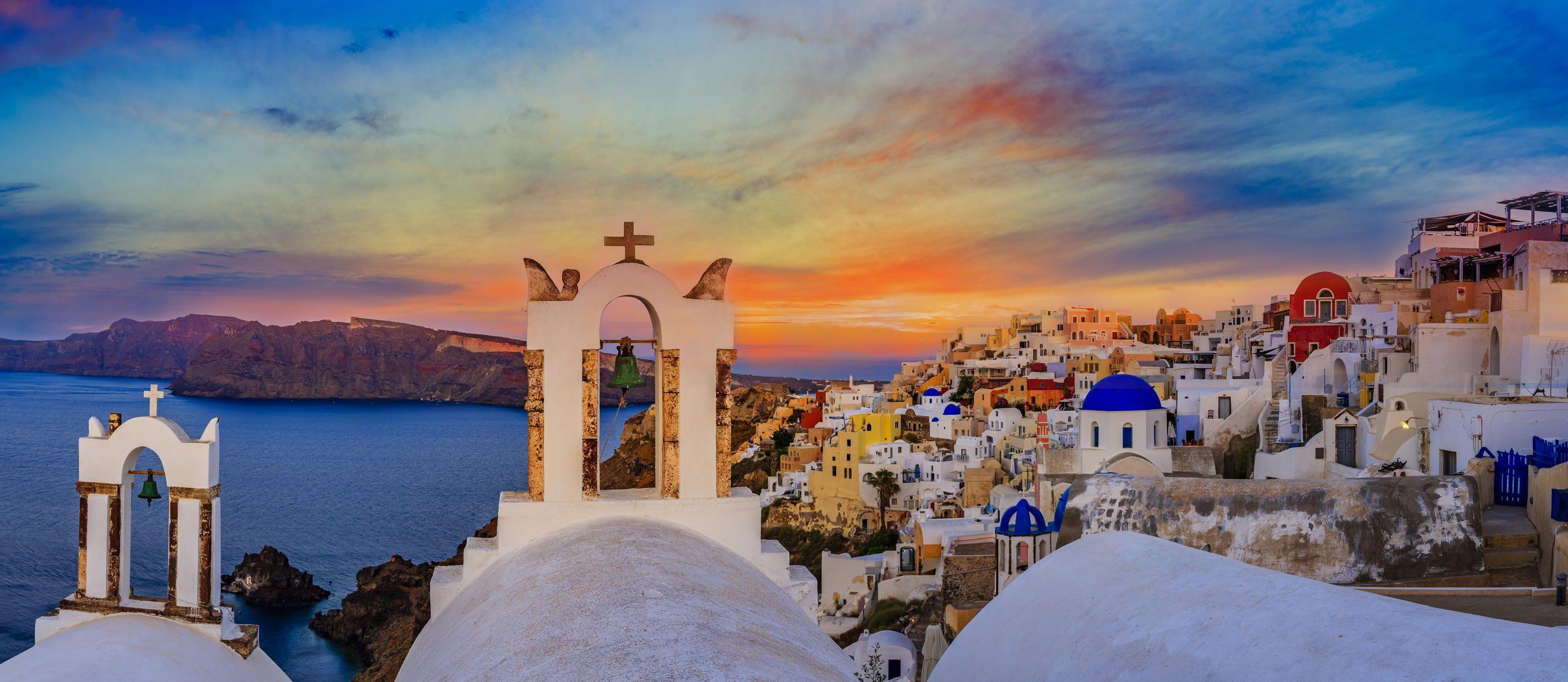 Η Σαντορίνη ή Θήρα βρίσκεται στις Κυκλάδες. Είναι ένα σύμπλεγμα νησιών που αποτελείται από τα νησιά της Θήρας, της Θηρασιάς ή Θηρασίας, του Ασπρονησίου, της Παλαιάς και Νέας Καμένης. Στη μέση του Αιγαίου, τις Κυκλάδες, ένα από τα διασημότερα ηλιοβασιλέματα του πλανήτη σας περιμένει να το απολαύσετε!