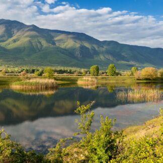 Οι Σέρρες, η πρωτεύουσα του ομώνυμου νομού, είναι ένας τόπος με υπέροχη φύση και πλούσια πολιτισμική παράδοση. H λίμνη της Κερκίνης, είναι ένας από τους σημαντικότερους υγροτόπους της Ελλάδος. Εκεί ζει, αναπτύσσεται και αναπαράγεται μια βιοκοινότητα, που η προστασία και διατήρησή της για λόγους ηθικούς, αισθητικούς, επιστημονικούς και οικονομικούς, είναι ζωτικής σημασίας. Το Μπάνσκο, άλλοτε κοινότητα κυρίως κτηνοτρόφων και ταξιδευτών εμπόρων, έχει γίνει διεθνές κέντρο χειμερινού και θερινού τουρισμού. Οι κορυφές των βουνών κοντά στην πόλη, οι πολυάριθμες λίμνες και τα αιωνόβια πευκοδάση το καθιστούν δημοφιλή περιοχή για αναψυχή.