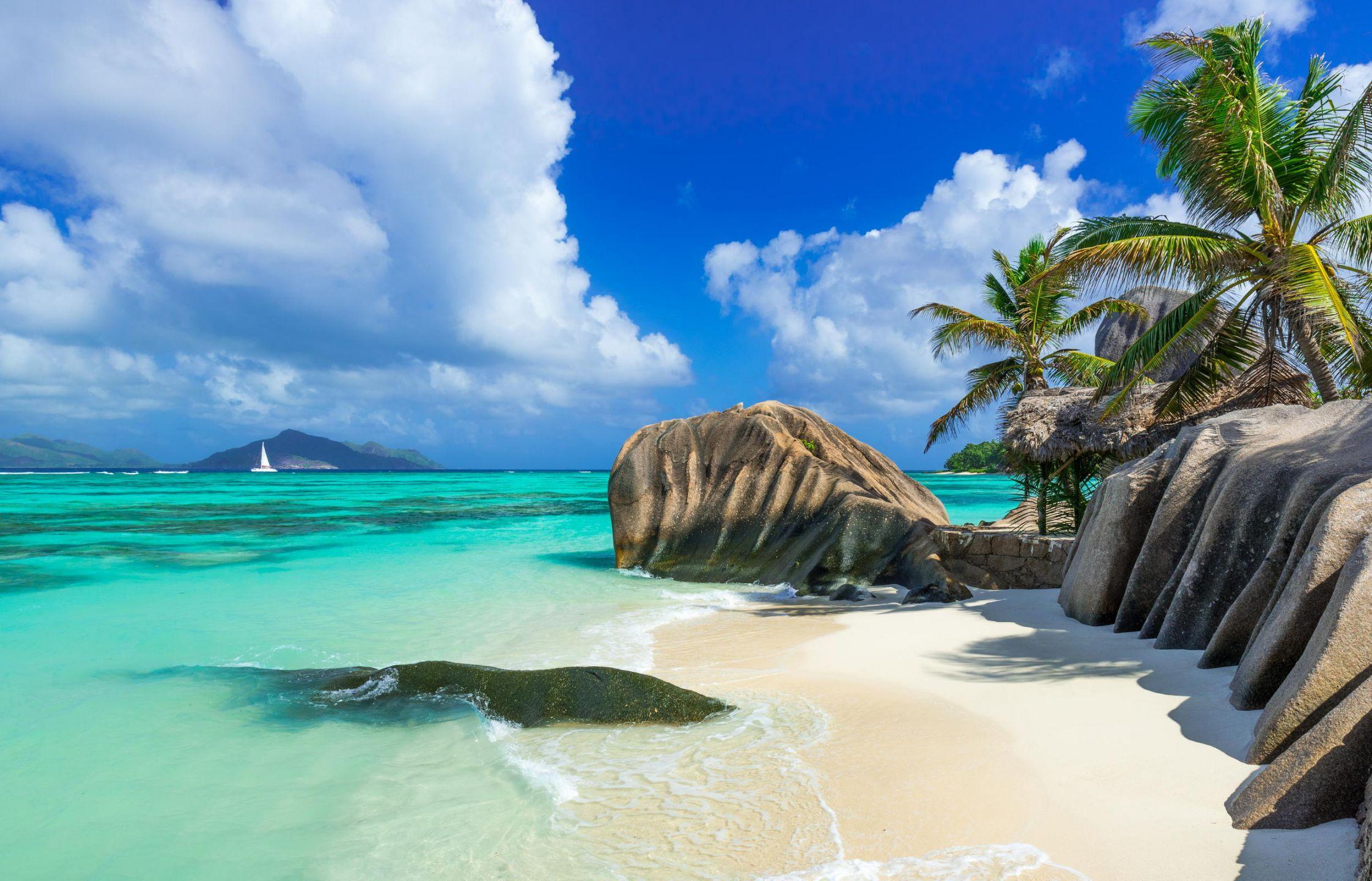 Οι Σεϋχέλλες είναι νησιωτικό κράτος του Ινδικού ωκεανού, που αποτελείται εκατοντάδες νησιά και με πρωτεύουσα τη Βικτώρια. Οι Σεϋχέλλες έχοντας μερικές από τις διασημότερες παραλίες στον κόσμο, αποτελούν έναν πραγματικό παράδεισο που όλοι θέλουμε να επισκεφτούμε.