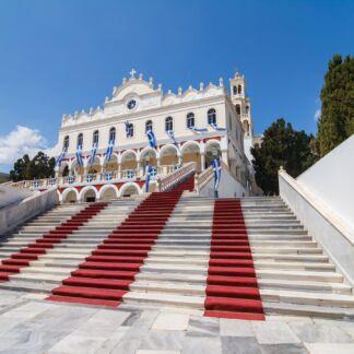 Η Τήνος ανήκει στις βόρειες Κυκλάδες και βρίσκεται νοτιοανατολικά της Άνδρου και βορειοδυτικά της Μυκόνου. Δεν είναι μόνο το νησί της Μεγαλόχαρης, της Τέχνης και του Πολιτισμού αλλά και ένας γαστρονομικός παράδεισος, με αυθεντική ελληνική φιλοξενία.