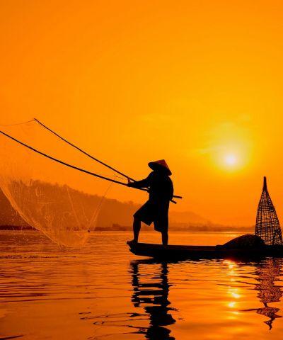 Το Βιετνάμ είναι χώρα της Νοτιοανατολικής Ασίας, η δεύτερη πολυπληθέστερη χώρα με κομμουνιστικό καθεστώς στον κόσμο. Ευλογημένο τοπίο, σμαραγδένια νερά, καταπράσινα βουνά, Εθνικά Πάρκα που κόβουν την ανάσα, ζωντανές πόλεις, γελαστοί και φιλόξενοι κατοίκοι, μαγευτικά νερά του Δέλτα του Μεκόνγκ, έντονο πολιτιστικό στοιχείο και μία από τις καλύτερες κουζίνες του κόσμου. Το Βιετνάμ συνδυάζει την παραδοσιακή ζωή και την παρθένα φυσική ομορφιά.